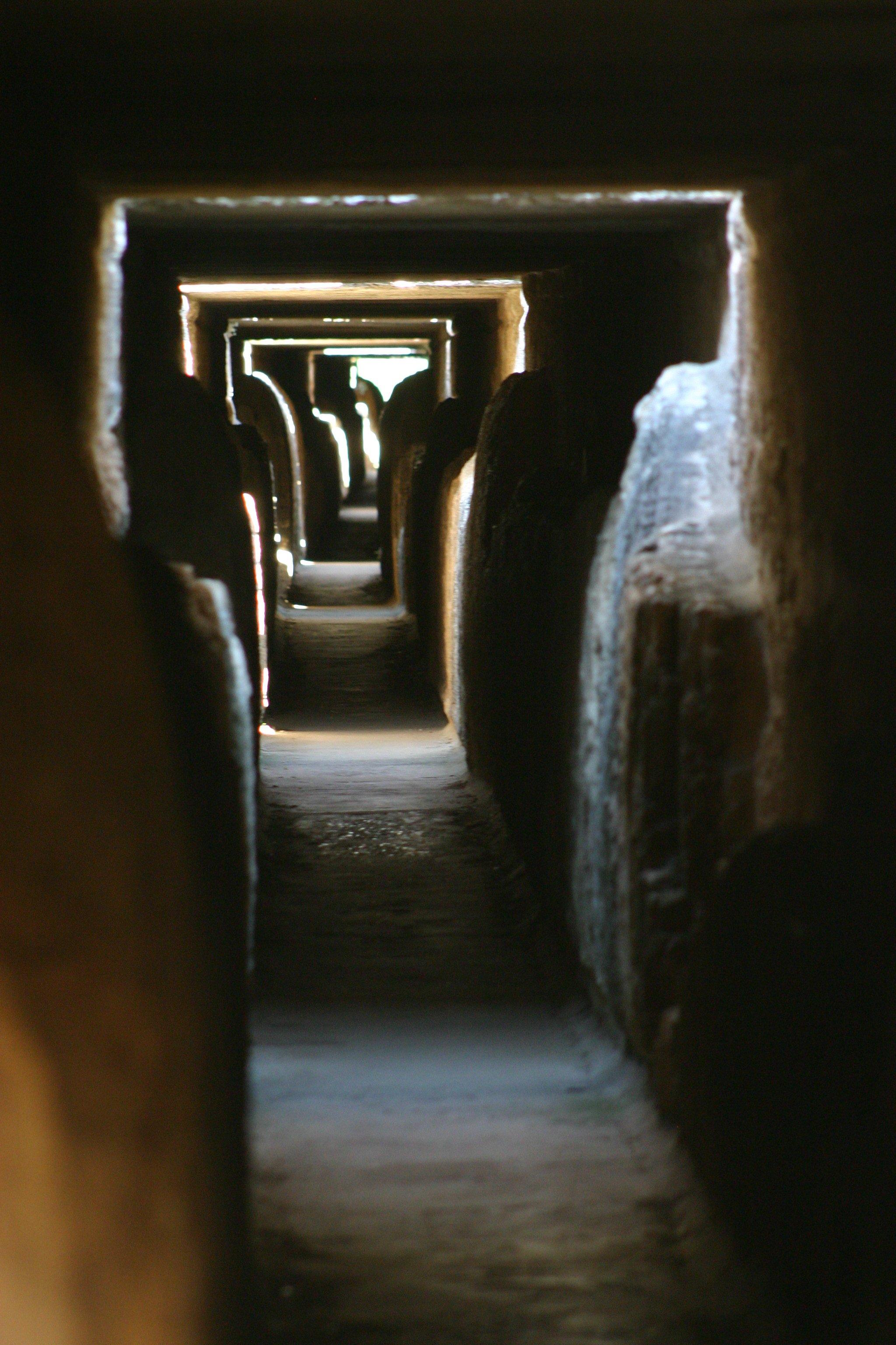 traverser le pont du Gard, intérieur du Pont du Gard, auqeduc romain, balade historique, www.balades-historiques